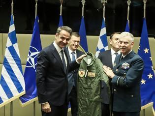 Φωτογραφία για Ο Μητσοτάκης πήρε δώρο στολή πιλότου μαχητικού με το όνομά του – Η πρόσκληση για πτήση στο Καστελόριζο