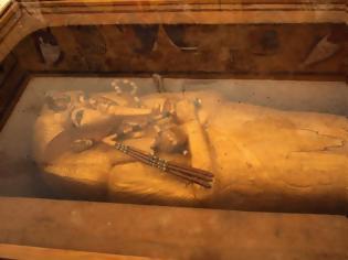 Φωτογραφία για Η επίχρυση σαρκοφάγος του Τουταγχαμών συντηρείται για πρώτη φορά στην ιστορία της