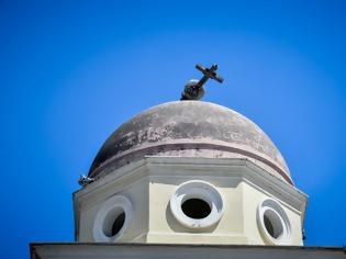 Φωτογραφία για Αμέσως μετά το σεισμό: Χιλιάδες Αθηναίοι στους δρόμους - Έπεσε ο σταυρός της Αγίας Ειρήνης στο Μοναστηράκι