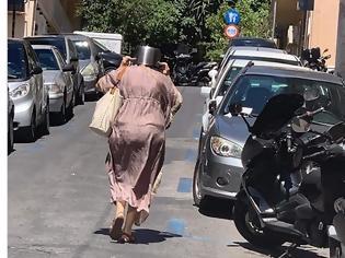 Φωτογραφία για Κορυφαία φωτογραφία του σεισμού: Γυναίκα με κατσαρόλα στο κεφάλι για να προστατευθεί από τον σεισμό!!!