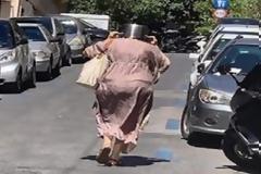 Σεισμός στην Αττική: Η γυναίκα με την ...κατσαρόλα στο κεφάλι έκλεψε τις εντυπώσεις