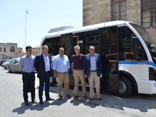 Φωτογραφία για Παραδόθηκαν στο Δήμο Ρόδου 2 Mini-bus αντιρρυπαντικής τεχνολογίας