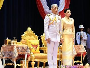 Φωτογραφία για Ο «βασιλιάς με το μπουστάκι» παρουσίασε στο λαό την ερωμένη του έχοντας δίπλα του τη βασίλισσα σύζυγό του