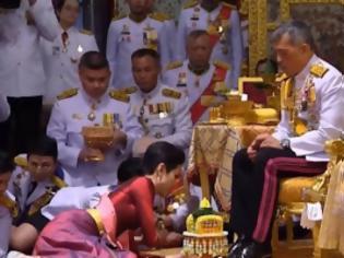 Φωτογραφία για Ταϊλάνδη όπως λέμε Σουηδία: Ο βασιλιάς παρουσίασε τον λαό την ερωμένη του –Μπροστά στην σύζυγό του (video)!!