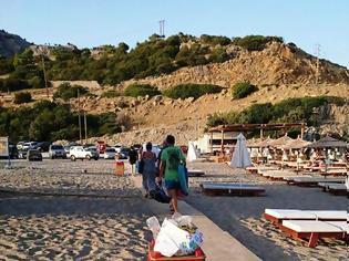 Φωτογραφία για Πνίγεται στα σκουπίδια η παραλία της Γλύστρας - φωτο
