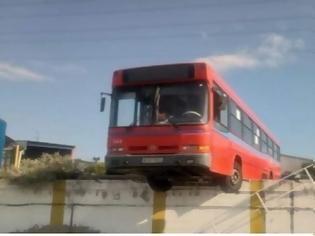 Φωτογραφία για Λεωφορείο του ΟΑΣΘ βρέθηκε να... κρέμεται στο κενό! (pics)