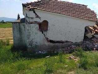 Φωτογραφία για Απίστευτες εικόνες στη Μεγάλη Χώρα Αγρινίου: Άγνωστος γκρέμισε εκκλησάκι και αναζητείται