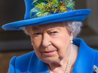 Φωτογραφία για Ο απίστευτος λόγος που η Βασίλισσα Ελισάβετ δεν αφήνει ποτέ την τσάντα της