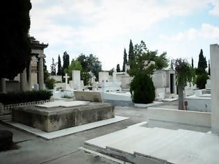 Φωτογραφία για ΦΡΙΚΗ Θρίλερ στο Ναύπλιο - Βρέθηκε εκτός τάφου βρέφος που είχε γεννηθεί νεκρό και ετάφη πριν από μία εβδομάδα