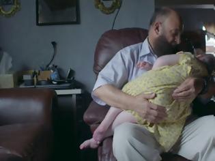 Φωτογραφία για Συγκινητικό: Ο άνθρωπος που υιοθετεί όσα καρκινοπαθή παιδιά εγκαταλείπουν στα νοσοκομεία οι γονείς τους (video)