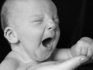Φωτογραφία για Η φωτογραφία που έγινε viral σε χρόνο ρεκόρ -Μωρό τεσσάρων ημερών κοιμάται γαλήνια στο χέρι του πατέρα του και ξαφνικά... (εικόνες)
