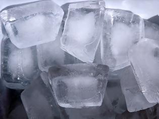 Φωτογραφία για Προσοχή: Πότε γίνονται επικίνδυνα για την υγεία τα παγάκια που φτιάχνει το ψυγείο;