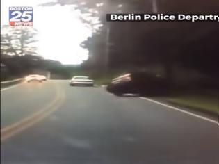 Φωτογραφία για H στιγμή που οδηγός γράφει sms και πέφτει πάνω σε κολόνα (video)