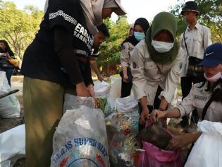 Φωτογραφία για Δεκάδες χιλιάδες Ινδονήσιοι στις παραλίες για να μαζέψουν τα σκουπίδια