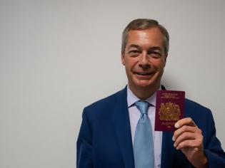 Φωτογραφία για Ο Φάρατζ ποζάρει με το καινούριο διαβατήριο
