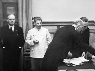 Φωτογραφία για Guardian: 80 χρόνια μετά το Σύμφωνο Μολότοφ - Ρίμπεντροπ, η Μόσχα προσπαθεί να το δικαιολογήσει