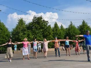 Φωτογραφία για Τσάμικο... στο Γκόρκι Παρκ: Μοσχοβίτες και τουρίστες πήραν «γεύση» Ελλάδας με μαθήματα ελληνικών χορών