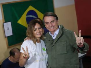Φωτογραφία για O Aμαζόνιος καίγεται αλλά ο Πρόεδρος της Βραζιλίας αισθάνεται καλά επειδή έχει 37χρονη σύζυγο