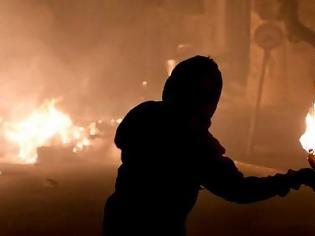 Φωτογραφία για Εξάρχεια: Επίθεση σε αστυνομικούς της ΔΙΑΣ - Πήραν τα κλειδιά από μοτοσικλέτες