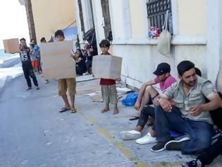 Φωτογραφία για Σύμη: Εικόνες ντροπής με πρόσφυγες να κοιμούνται στο δρόμο
