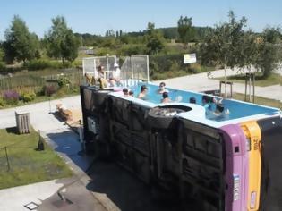 Φωτογραφία για Γάλλος καλλιτέχνης μετέτρεψε σε πισίνα ένα... τουμπαρισμένο λεωφορείο!