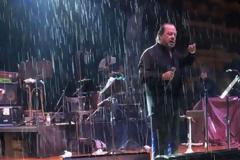 O Γιάννης Πάριος τσακώθηκε σε συναυλία του με τον Δήμαρχο Συκεών Νεάπολης