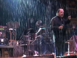 Φωτογραφία για O Γιάννης Πάριος τσακώθηκε σε συναυλία του με τον Δήμαρχο Συκεών Νεάπολης