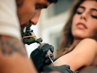 Φωτογραφία για To «χτύπημα» του τατουάζ και η παράξενη απειλή για το σώμα μας