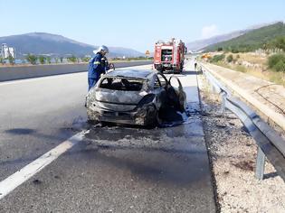 Φωτογραφία για Τρόμος για οδηγό στην Ιόνια Οδό, εγκατέλειψε φλεγόμενο όχημα - στο ύψος της Λίμνης Αμβρακίας (φωτό)