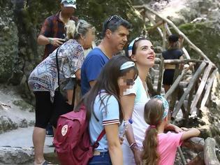 Φωτογραφία για Φωτεινή Δάρρα-Γιώργος Παπαχριστούδης: Στην κοιλάδα των πεταλούδων στη Ρόδο με την κόρη τους