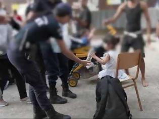 Φωτογραφία για ΕΛΑΣ: Δείτε φωτογραφίες από Πρόσφυγες στην Αχαρνών - Βρήκαν και πιστόλια