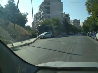 Φωτογραφία για Ελληνάρας οδηγός πάρκαρε λεωφορείο κάθετα στον δρόμο (pics)
