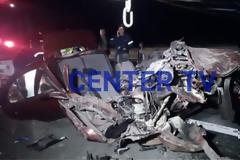 Αυτοκίνητο «καρφώθηκε» πάνω σε φορτηγό - Εγκλωβίστηκε ζευγάρι