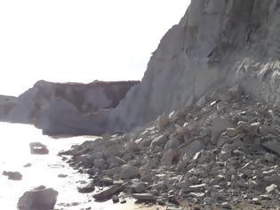 Φωτογραφία για Κεφαλονιά: Κατολίσθηση στην παραλία «Ξι», κοντά σε λουόμενους