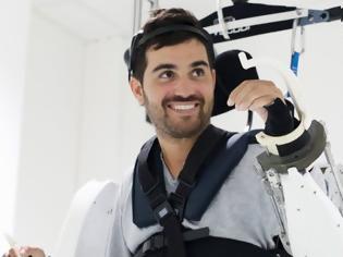 Φωτογραφία για Ανάπηρος περπατάει δίνοντας εντολές σε εξωσκελετό [video]