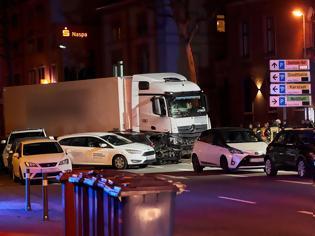 Φωτογραφία για «Σκιά» τρομοκρατίας στη Γερμανία: Κλεμμένο φορτηγό παρέσυρε 19 αυτοκίνητα - 16 τραυματίες