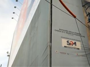 Φωτογραφία για Νάπολη: Ως και στις διαφημιστικές πινακίδες που καλύπτουν τα έργα εκκλησίας «έβαλε χέρι» η Καμόρα