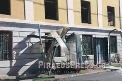 Φορτηγό «καρφώθηκε» σε στάση λεωφορείου στον Πειραιά