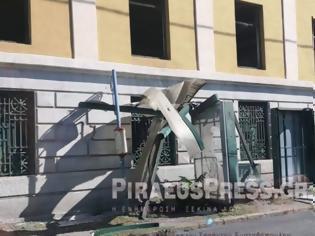 Φωτογραφία για Φορτηγό «καρφώθηκε» σε στάση λεωφορείου στον Πειραιά
