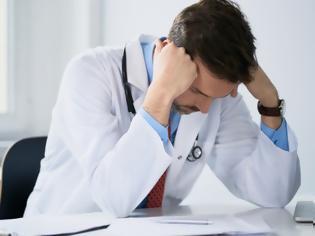 Φωτογραφία για ΠΟΕΔΗΝ: Γεγονός στο ΓΝ Χαλκιδικής η πρώτη απόλυση γιατρού που ξεπέρασε το 24μηνο