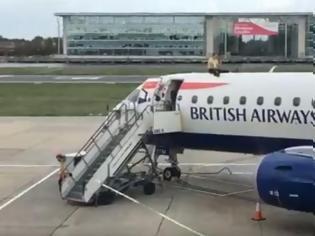 Φωτογραφία για Διαδηλωτής σκαρφάλωσε ...σε αεροπλάνο στο Λονδίνο!