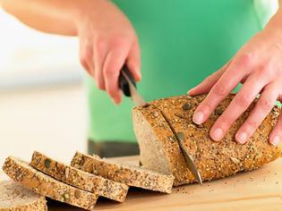 Φωτογραφία για Ξέρεις τι είναι από τον πόνο να μην μπορείς να κόψεις μια φέτα ψωμί;