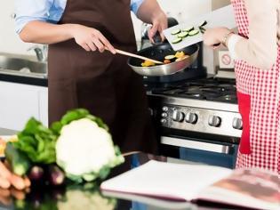 Φωτογραφία για Έρευνα: Σε ποια χώρα μαγειρεύουν περισσότερο στο σπίτι;