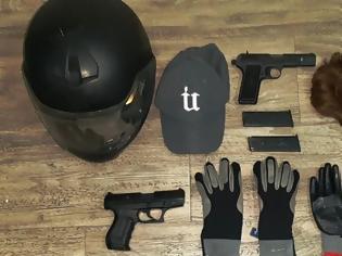 Φωτογραφία για Χειροπέδες σε ληστές καταστημάτων που ντύνονταν αστυνομικοί και φορούσαν περούκες