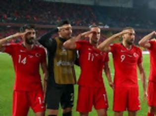 Φωτογραφία για Η φανέλα για τη Γενοκτονία ενοχλούσε ΕΠΟ και UEFA. Τώρα με τον στρατιωτικό χαιρετισμό των Τούρκων;