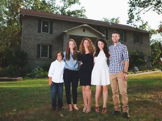 Φωτογραφία για ΚΑΤΑΣΚΕΥΕΣ - Μητέρα 4 παιδιών έχτισε μόνη της ολόκληρο σπίτι βλέποντας μόνο βίντεο στο διαδίκτυο