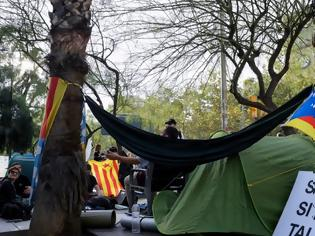 Φωτογραφία για Βαρκελώνη: Εκατοντάδες νέοι έστησαν σκηνές με αίτημα την ανεξαρτησία