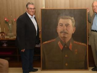 Φωτογραφία για Τεράστιο πορτρέτο του Στάλιν και πίνακας με τον Λένιν στα γραφεία του ΚΚΕ
