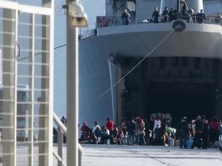 Φωτογραφία για Μεταναστευτικό: Με αρματαγωγό από τη Μόρια στην Ελευσίνα και από εκεί σε ξενοδοχεία 795 αιτούντες άσυλο