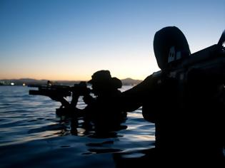 Φωτογραφία για Ρίτσαρντ Φίλιπς: Οι Σομαλοί πειρατές, οι 96 ώρες ομηρίας και οι Seals-ελεύθεροι σκοπευτές